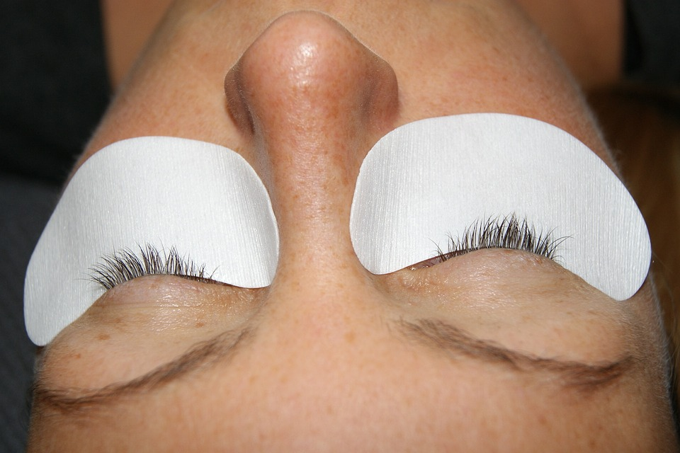 A cient in maple ridge getting her eyelash extensions